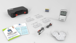 3D-Animation STIM PRO X9+ Liferumfang bestehend aus: Transportkoffer, Bedienungsanleitung, TENS- und EMS-Ratgeber Poster mit Anwendungsbeispielen, 4 Kanal TENS-EMS-Gerät STIM-PRO X9, 8x Elektroden 5x5cm, 4x Verbindungskabel, 4x 1,5-V-Batterien und Elektrode in Schmetterlingsform