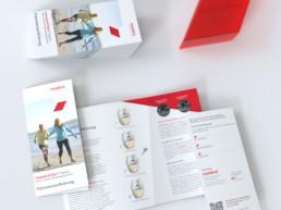 Darstellung mehrer Patientenaufklärungs-Flyer für das Produkt ChondroFiller liquid, aufeinandergestapelt und nebeneinander lieged
